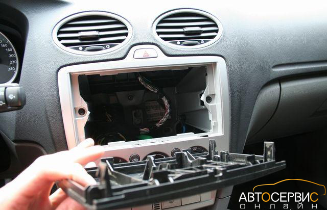 Обратная сторона заглушки магнитолы Ford Focus 2