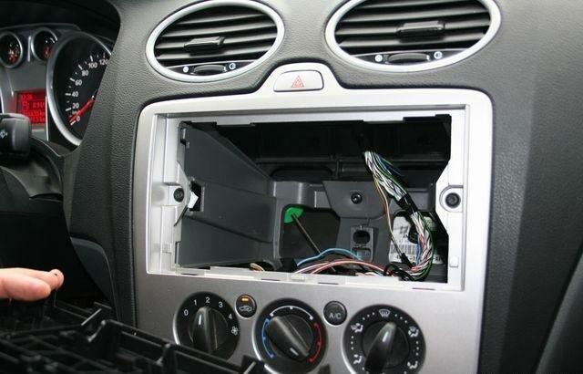 Пространство для установки магнитолы Ford Focus 2
