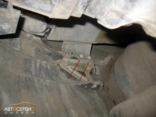 Откручивание двух гаек внутри бампера ключом на 10