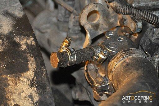 Заглушка лишнего патрубка термостата куском шланга с болтом