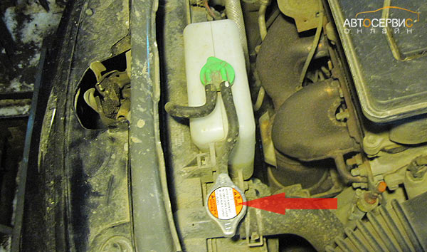Suzuki SX4. Снятие крышки радиатора