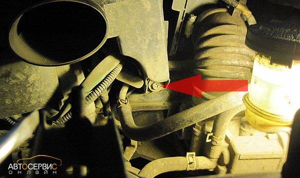 Suzuki SX4. Винт крепления глушителя шума впуска